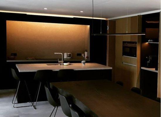 ledprofiel inbouw verlichting boomtafel zwarte stoelen indirecte verlichting