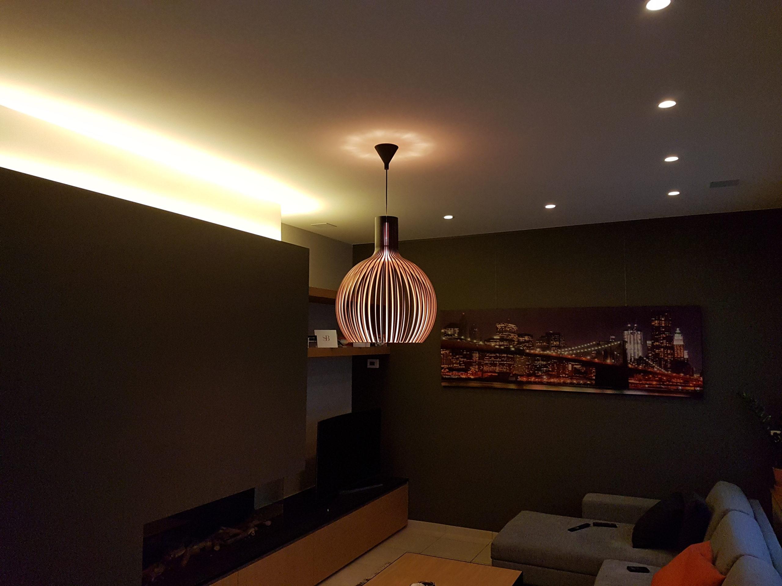 verlichtingsarmatuur, spots en indirecte verlichting met ledstrip in verbouwing samen met ArtSound inbouw luidsprekersbrooklyn bridge